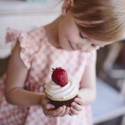Девочка с пирожным