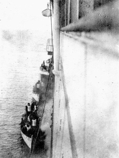 Выжившие пассажиры Титаника садятся на борт пассажирского парохода Карпатия в 1912 году.jpg