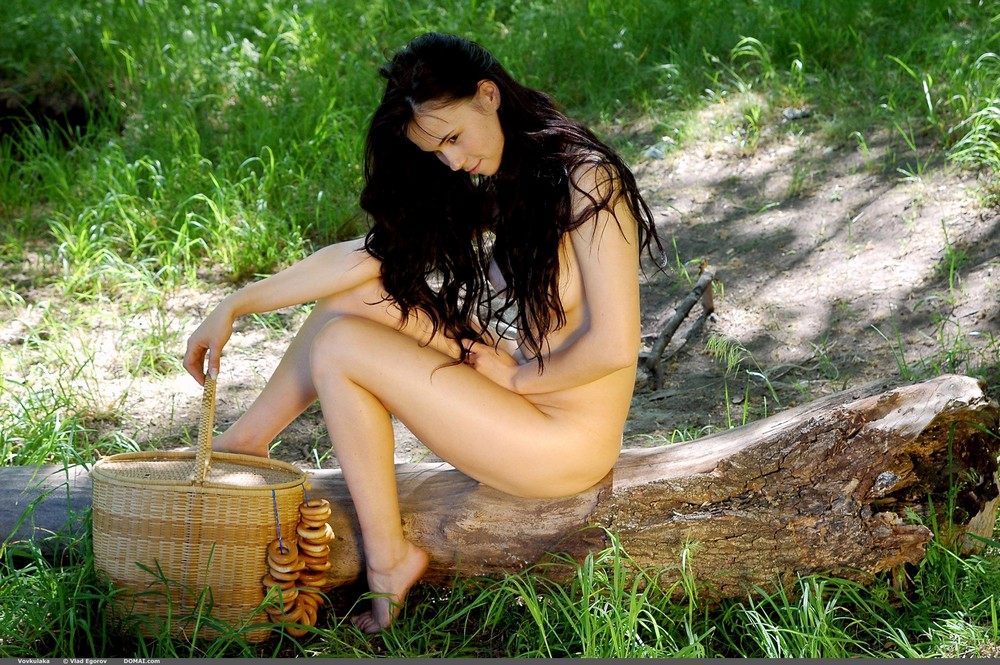 Обнаженная Vovkulaka на пикнике в лесу
