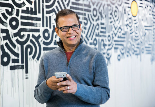 Amit_Singhal_phone_low_res-800x553.jpg