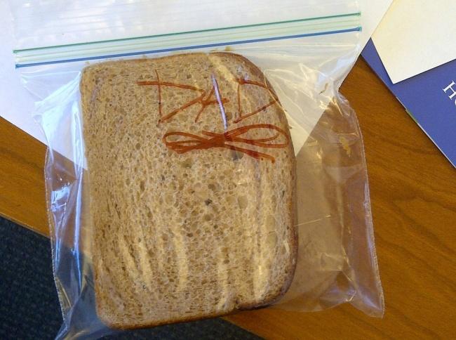 13-летняя девочка собирает бутерброды наработу папе каждый день. «Ядаже непросилее, она сама реш