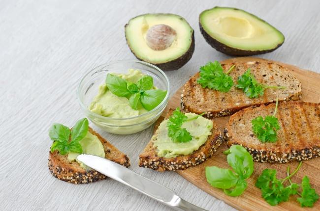 Ингредиенты: 2больших (или 4маленьких) ломтика черного хлеба 1авокадо 4ломтика сыра моцарелла Пр