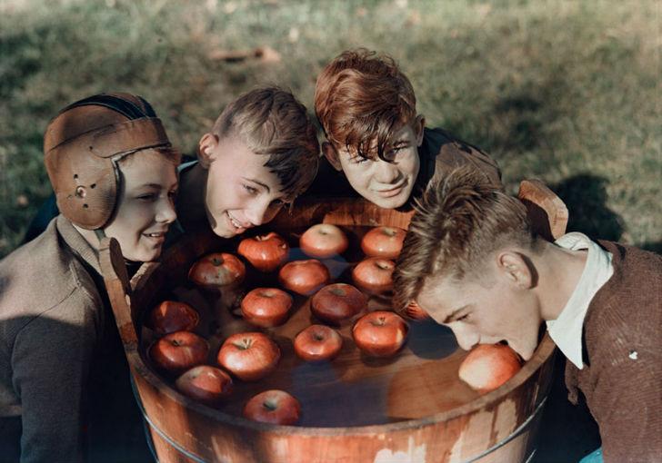Мальчики ловят яблоки, Западная Вирджиния, 1939 год.
