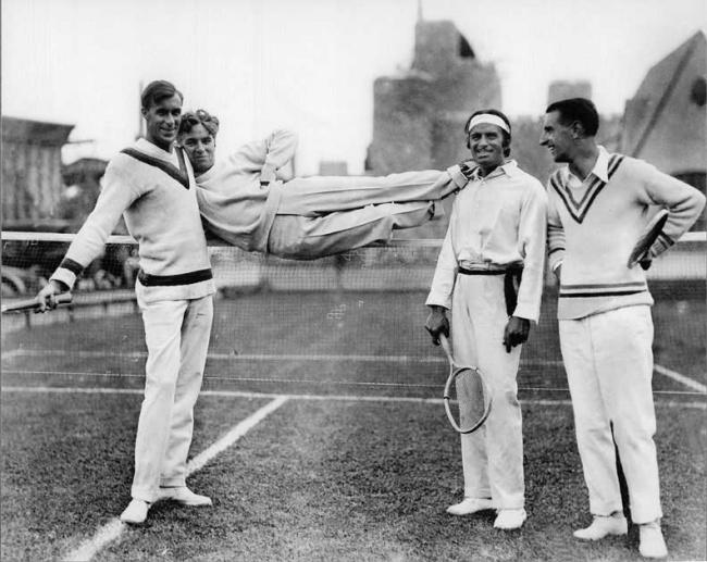 Чарли Чаплин зависает сдрузьями, 1923г.