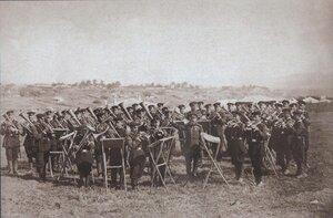 Гвардейский духвой оркестр играет перед марширующими частями на параде в честь взятия Плевны 14 декабря 1877