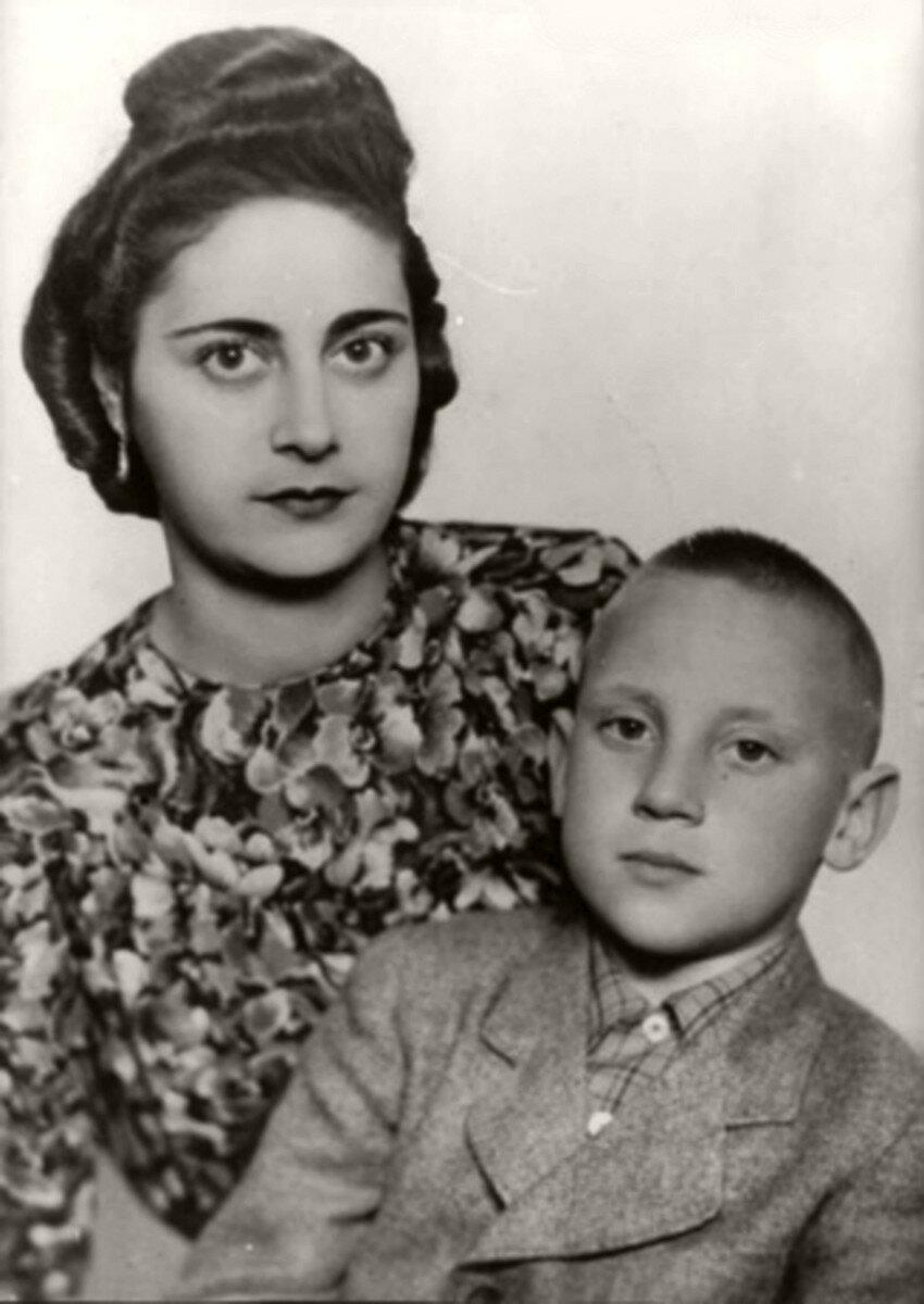 1947. Евгения Степановна Лихалатова («мама Женя») и Володя на отдыхе в г.Эберсвальде, Германия. Фото 25 мая