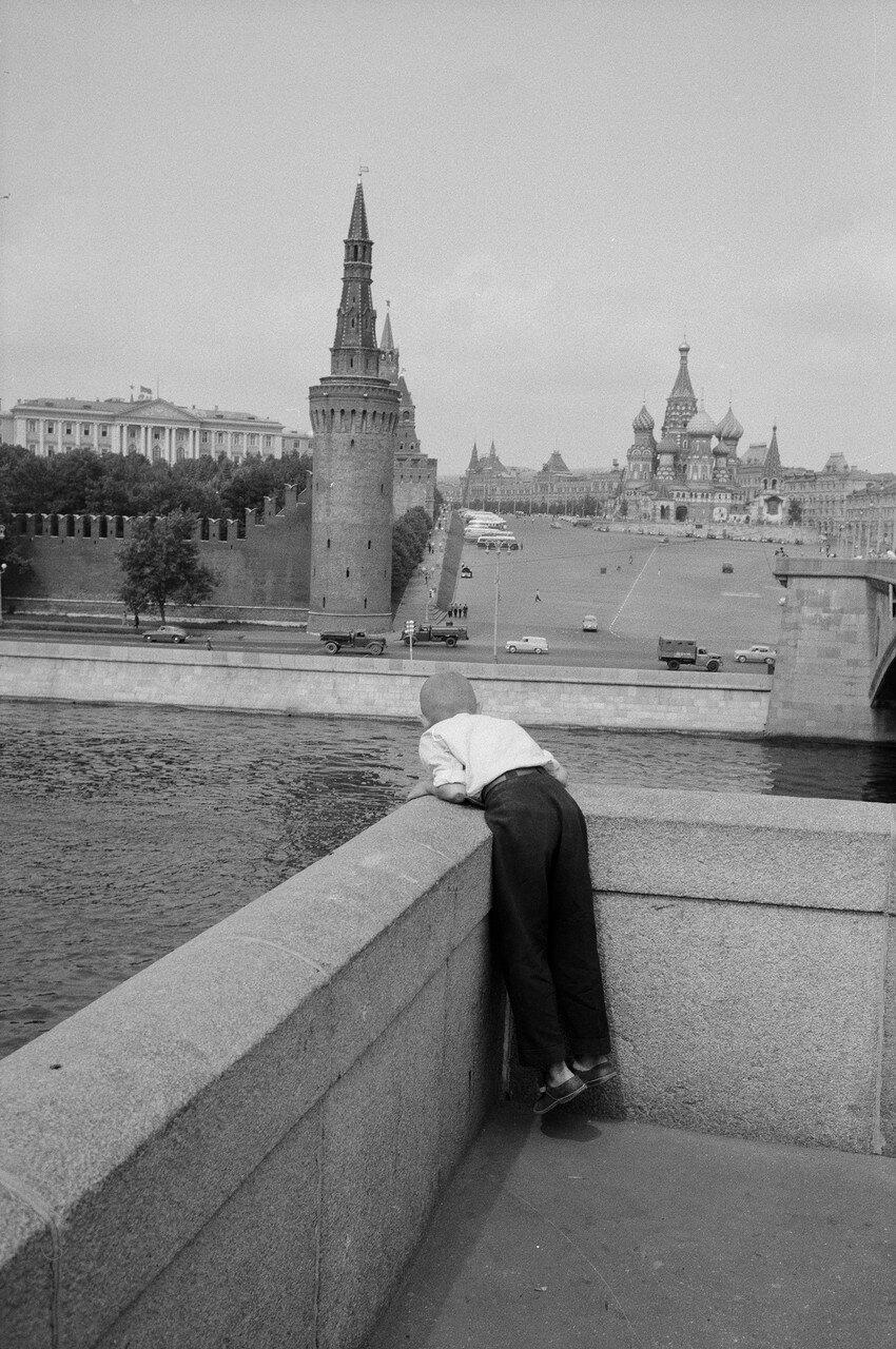 Васильевская площадь с другого берега Москвы-реки