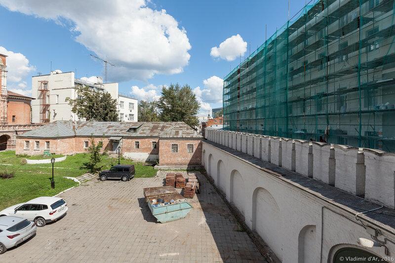 Высоко-Петровский монастырь. Справа - Крапивенский переулок.