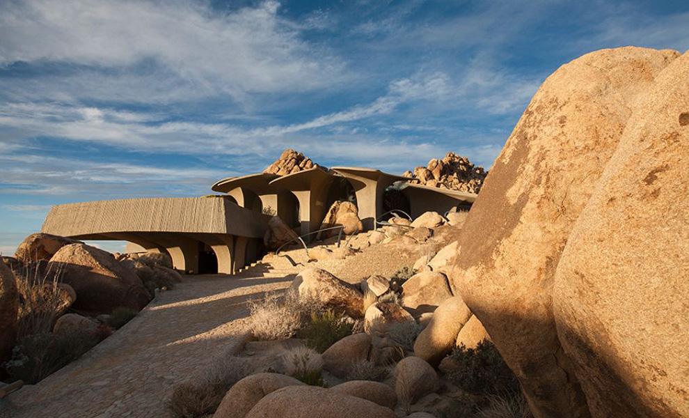 Пустынный дом не выступает высоко над землей, а будто стелится по ней, что отлично гармонирует с уме