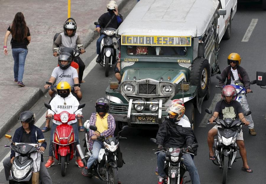 Но и в спокойные времена в Маниле не протолкнуться. Чтобы доехать куда-либо, горожанам приходится вы
