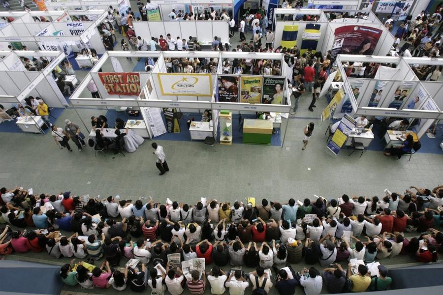 Когда заканчивается рабочий день, местные спешат в торговые центры, которые в Маниле стали частью ме