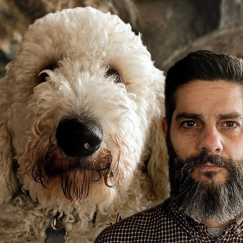 Семейный портрет Кристофер со своим псом.