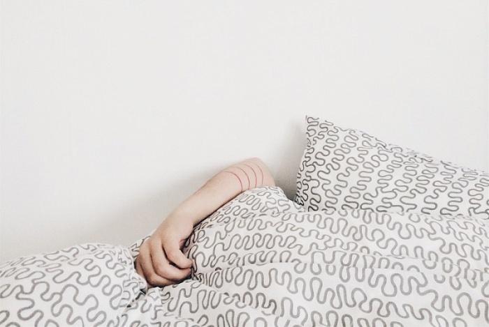 1. Спать на животе После насыщенного дня единственное, чего вы хотите — уткнуться головой в подушку