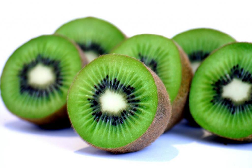 Киви. Плод содержит витамины А, B1, B2, B6, B9, С, Е, РР а также микроэлементы — бор, железо, ка