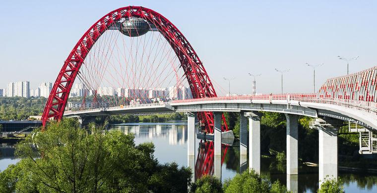1. Живописный мост, Москва Этот мост, перекинутый через Москву-реку в 2007 году, считается настоящим