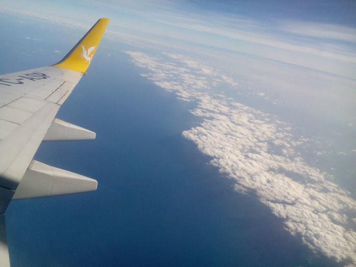Под крылом самолета о чем-то поет…