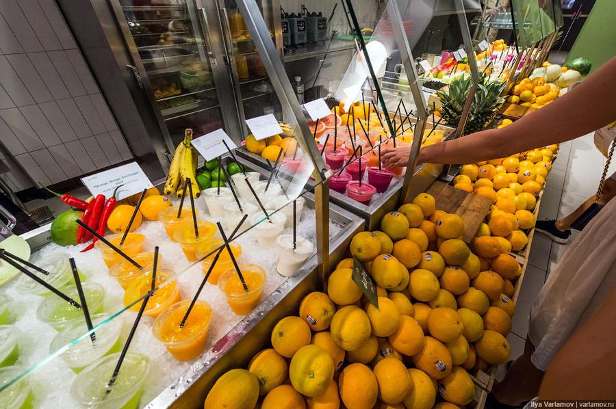 23. Свежевыжатые соки и фрукты на любой вкус.