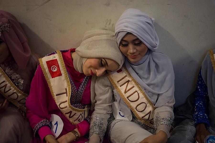 19. «Мисс Тунис» Фатм Бен Гуэфраке и Примадина Рахма ждут за кулисами.