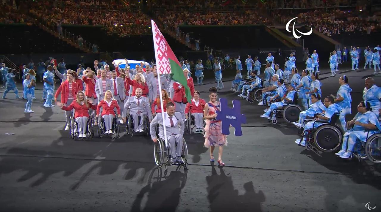 IPC ищет мужчину, вынесшего русский флаг наоткрытии Паралимпиады