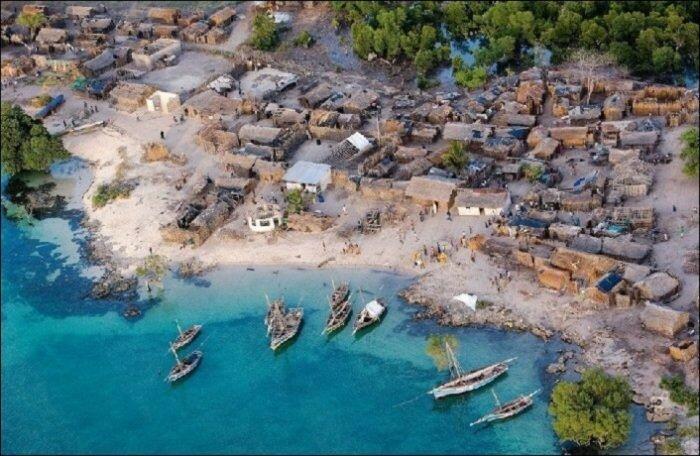 Африканская деревня на побережье Типичные для населенных пунктов южного континента постройки.