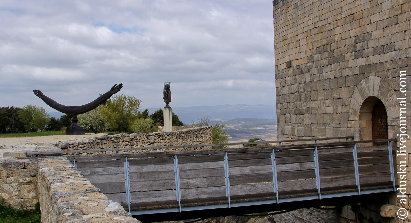Мост через ров и общий вид памятников