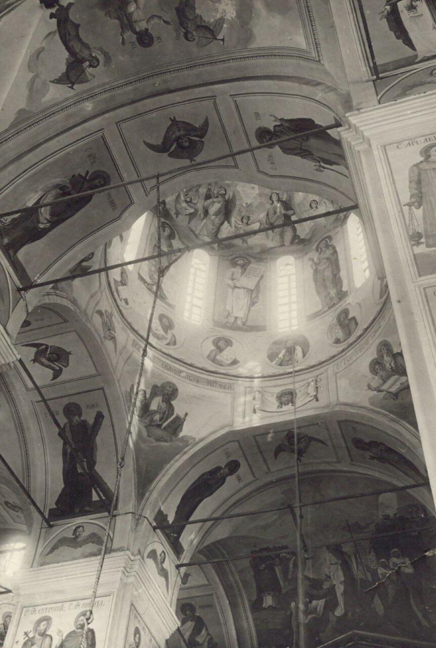 Центральный купол, своды и опорные столбы покрыты росписями, выполненными в 1798 - 1800 гг. живописцами С.С.Курляндцевым и К.С.Новоселовым