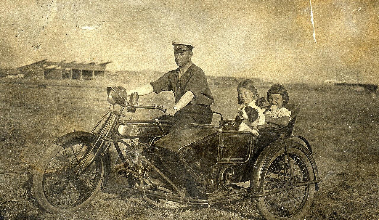 Валентин Савельевич Лясс. В коляске мотоцикла его дочь Наталия