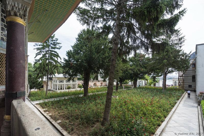 Дворец Топкапы в Стамбуле. Четвертый двор Софа-и Хюмвюн. Сад Тулип.