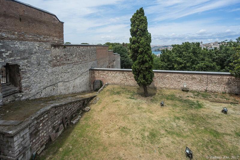 Дворец Топкапы в Стамбуле. Четвертый двор. Слева стена Гарема.