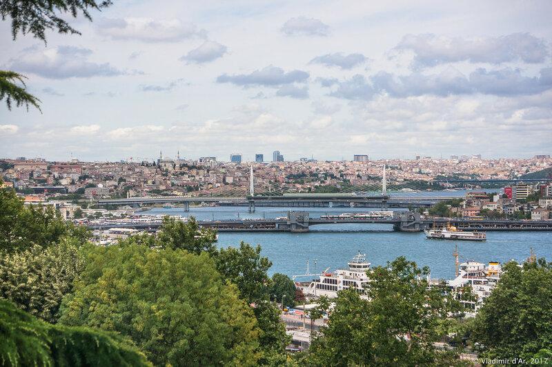 Дворец Топкапы в Стамбуле. Вид на Золотой Рог с террасы султана.