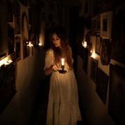 Девушка в темном коридоре