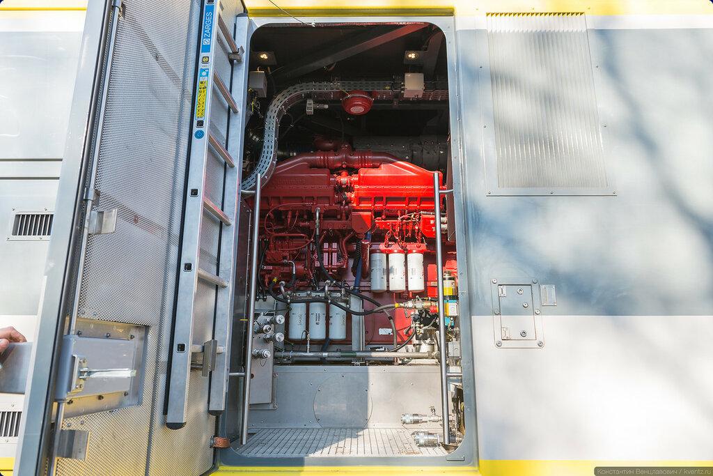 За дверцами прячется двигатель Cummins, выдающий 1119 кВт