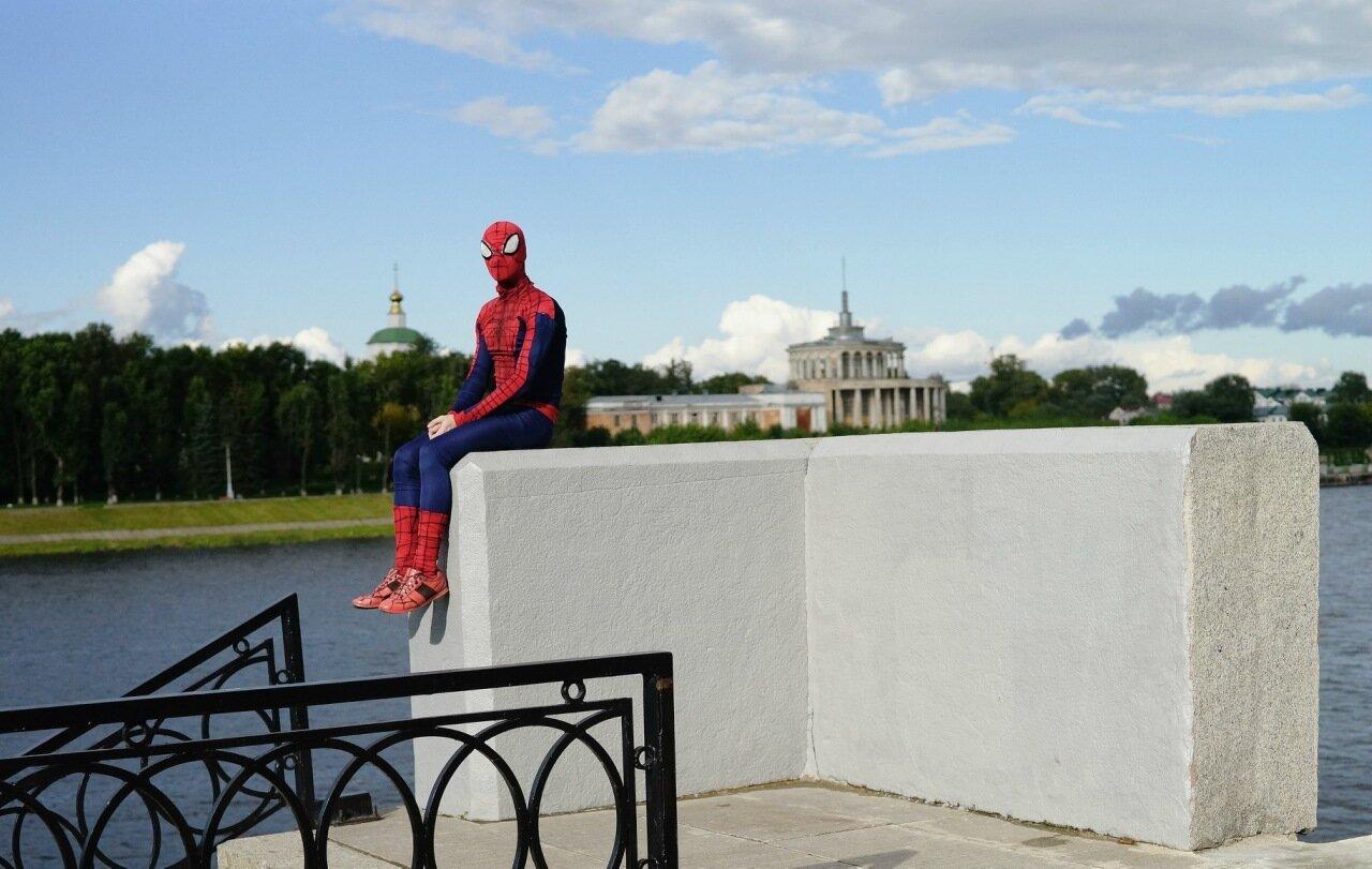 Супергерой в городе. Тверской человек-паук играет на скрипке, верит в добро и помогает людям / фоторассказ