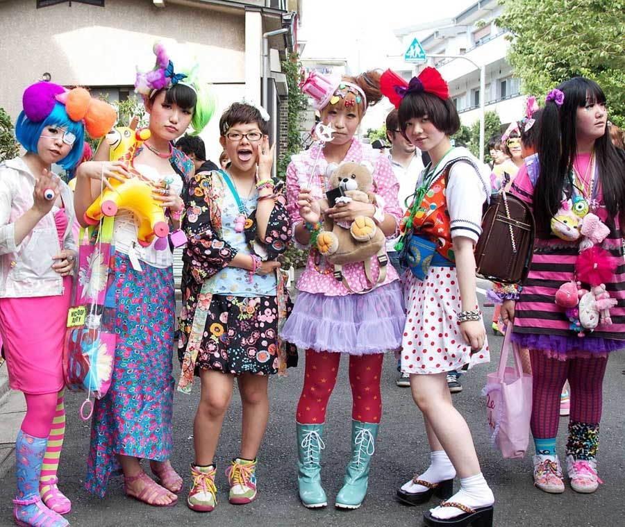 1. Десятки тысяч фанатов посещают этот квартал каждый день, чтобы посмотреть, что нынче модно, и пот