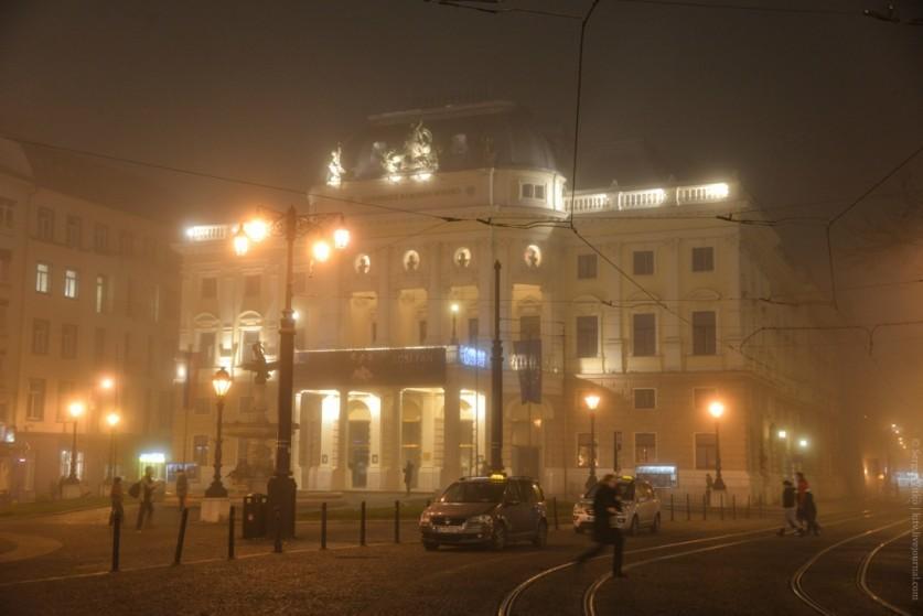 А вот стоящий напротив дворец Редута виден как в дневном свечении, хотя тоже почти весь принадлежит
