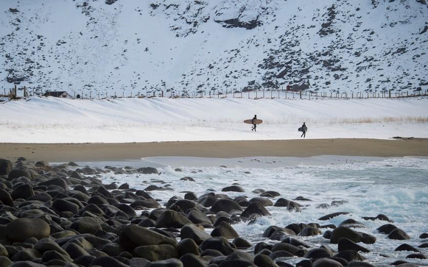 Инструктаж. Необычно видеть доски для серфинга, лежащие в сугробе.