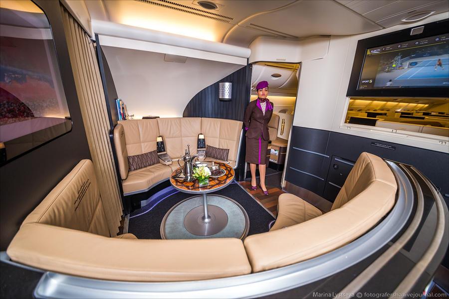 20. В хвосте самолета на втором этаже бар с диванами для пассажиров бизнес-класса.