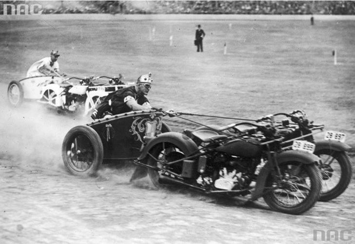 Колесницы - это круто. Мотоциклы - это тоже круто. Полиция Южного Уэльса решила совместить всю эту к