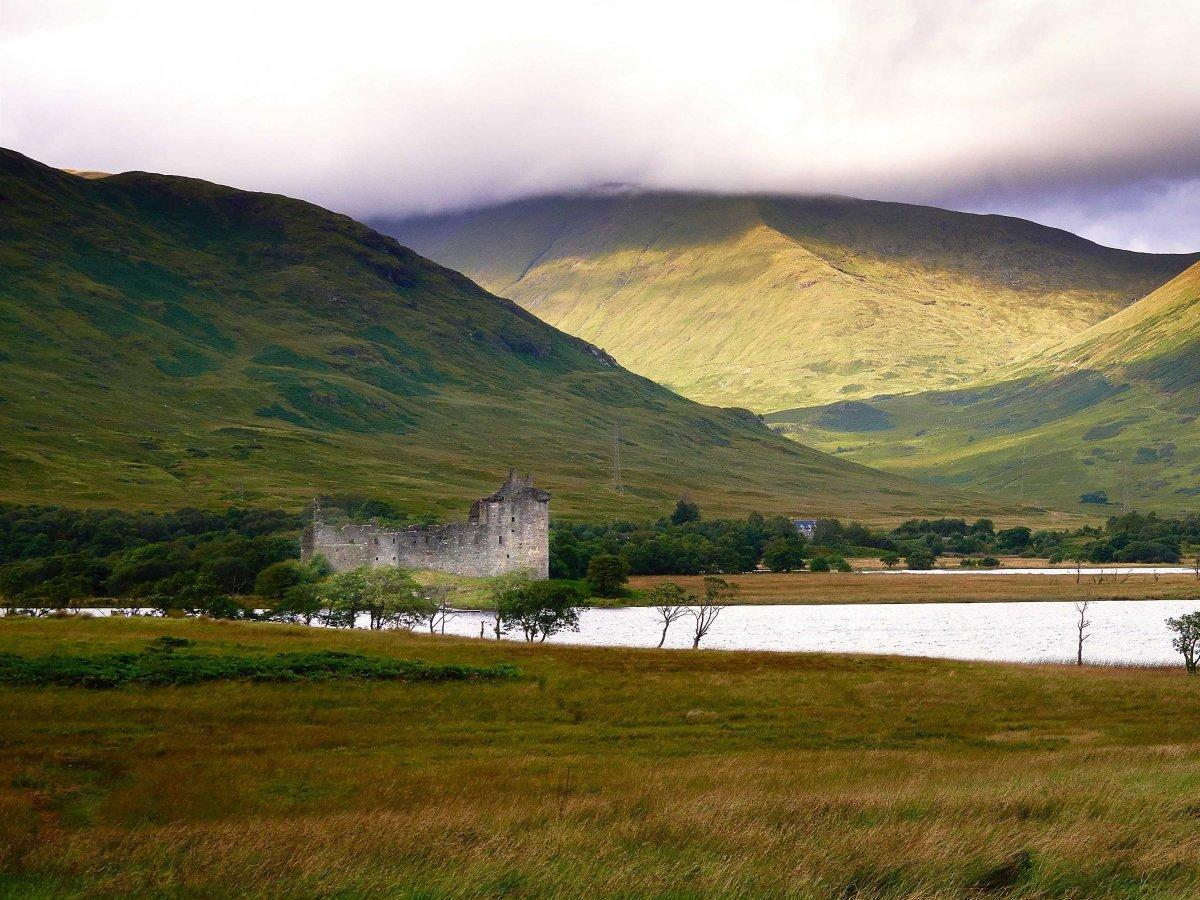 12. Замок Килхурн у озера Лох-Эйв к северу от Глазго сейчас представляет собой развалины крепости 15