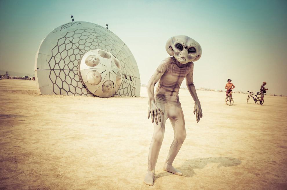 23. Сожжение деревянной фигуры, символизирующей человека, на фестивале «Burning Man». Первое со