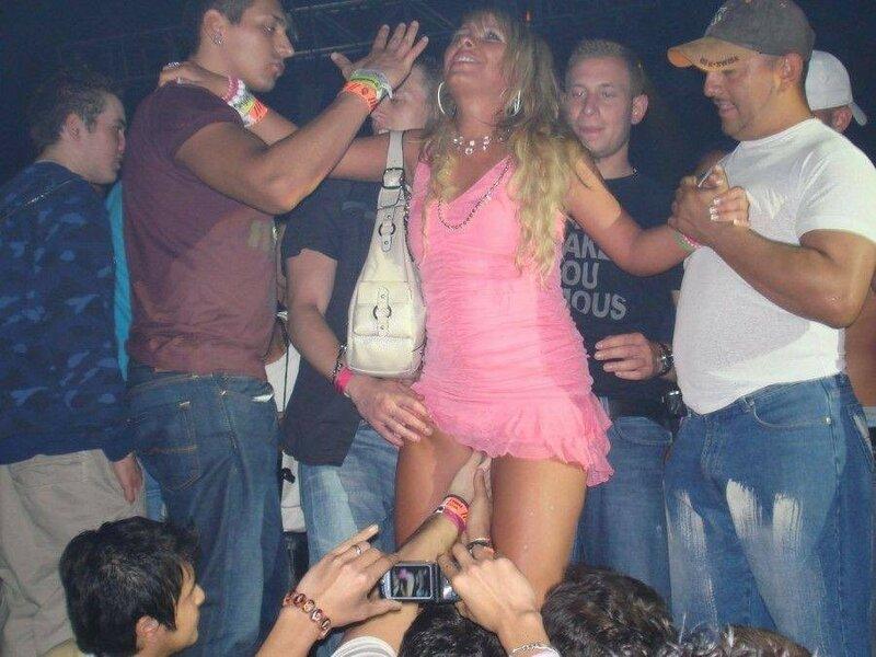 Фото пьяные певицы лезут в трусы