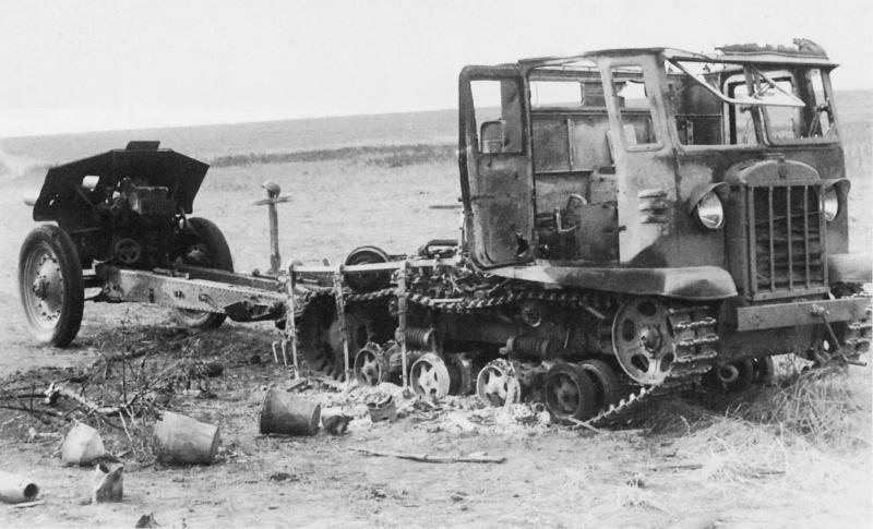 Уничтож. тягач СТЗ-5-НАТИ со 122-мм гаубицей М-30 у могилы советских солдат.jpg