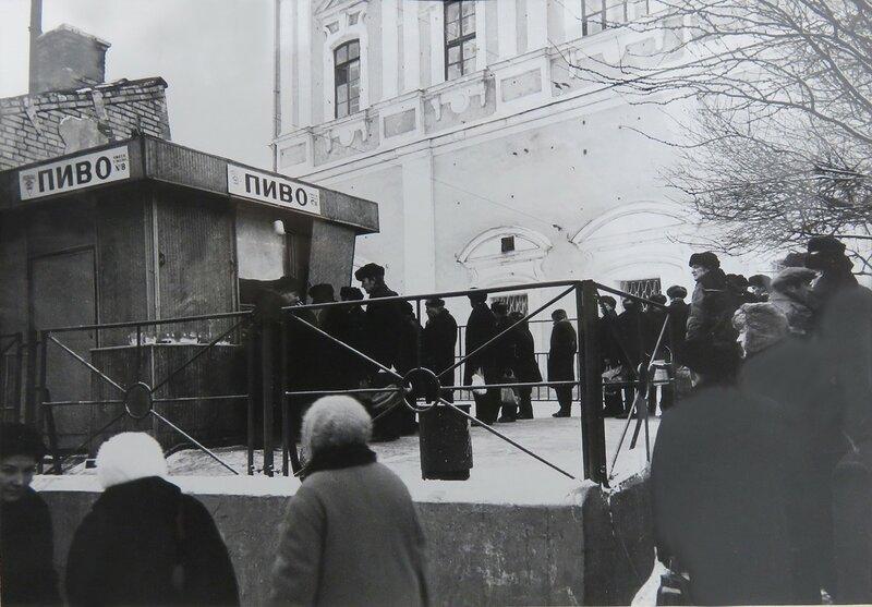 450684 Очередь за пивом на улице Чернышевского 1973 Собрание МАМММДФ.jpg