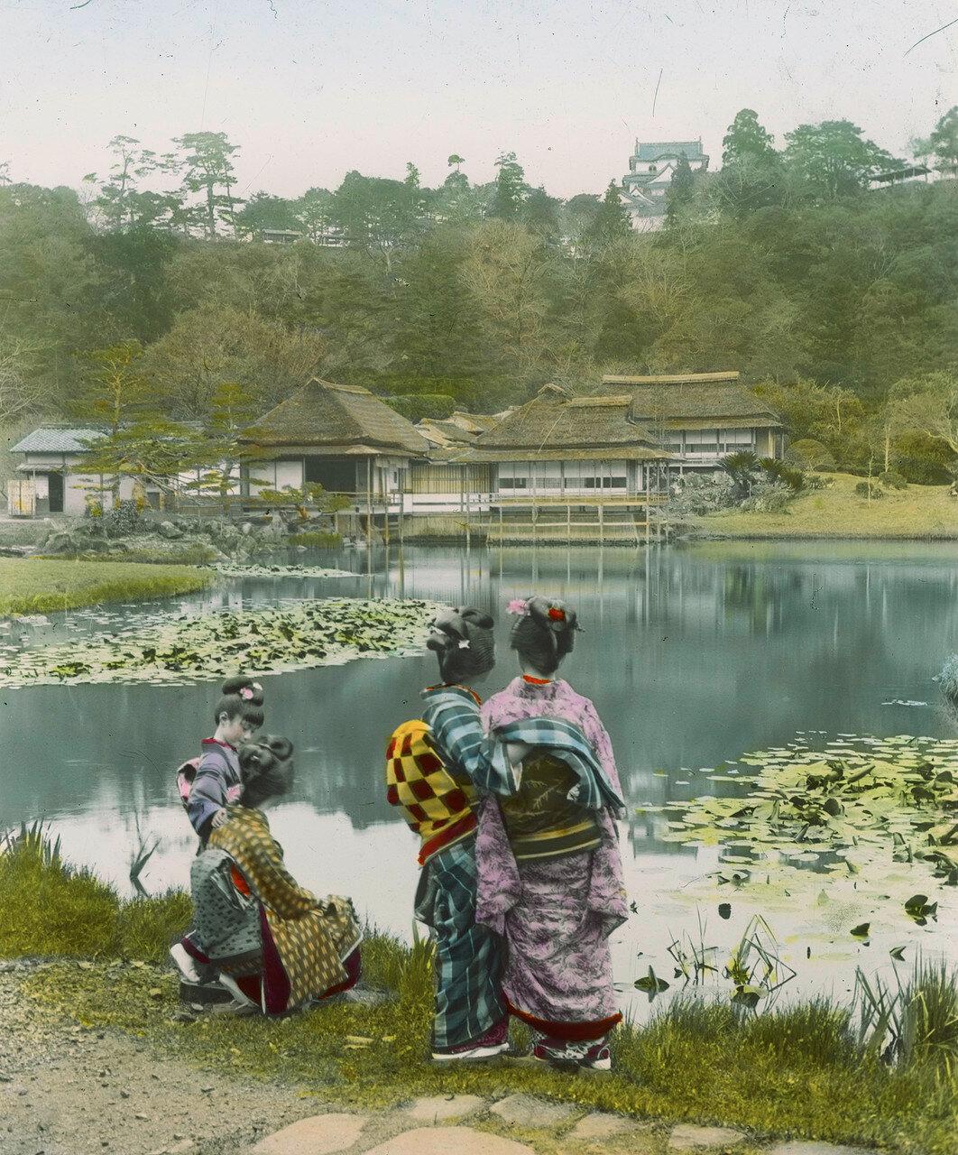 Две японские девушки на берегу озера