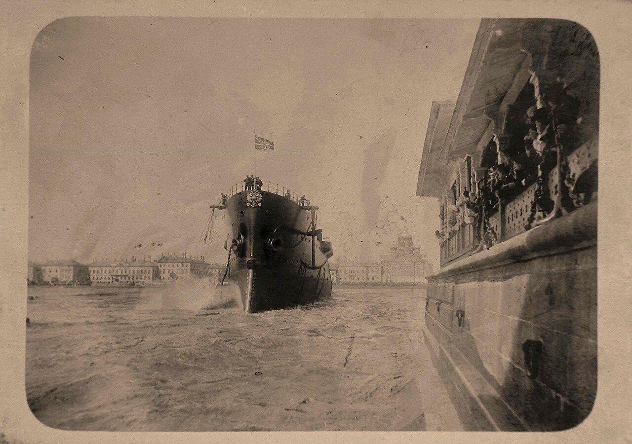 03. Крейсер 1-го ранга Аврора, построенный в Новом Адмиралтействе, в день спуска на воду; справа - участники церемонии спуска судна на воду
