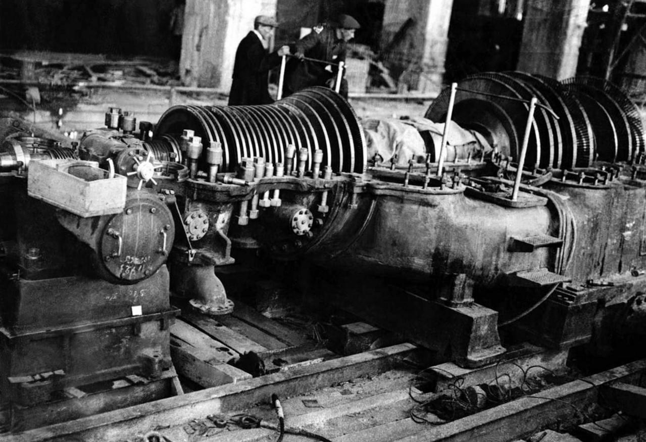 Магнитогорск. Монтаж первой турбины Центральной электростанции. 1931
