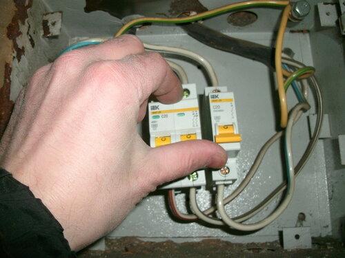 Срочный вызов электрика аварийной службы после отключения электричества в части квартиры из-за поломки трёхполюсного вводного автомата
