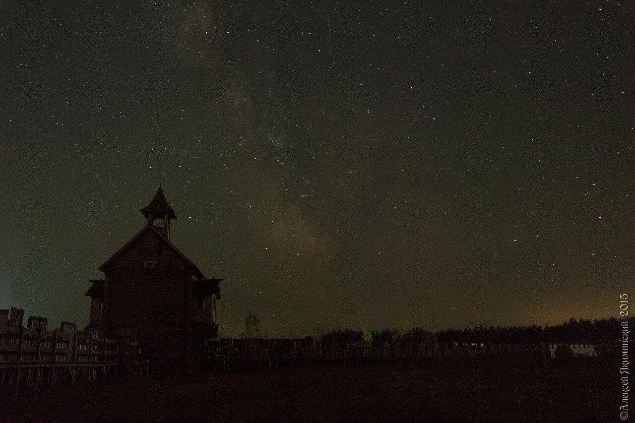 Вид изнутри Великого Ярославового Двора. Акцент фотографии на звездном небе