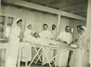 Врачи и сестры милосердия во время операции на барже-лазарете имени Ее высочества великой княгини Ксении Александровны