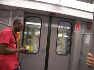 2015-07-03 район Tegel Берлина, метро (U) - Кнопка на дверях - во всем немецком траспорте - требование открыть конкретную дверь)